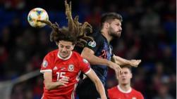 Bruno Petkovic (R) collides with Ethan Ampadu