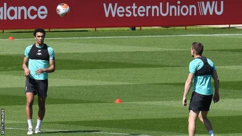 يشارك لاعبو ليفربول ترينت ألكسندر أرنولد (يسار) وجيمس ميلنر (يمين) في تدريب عدم الاتصال في ميلوود