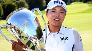 Ko Jin-young with the CP Women's Open trophy