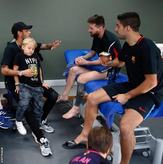 Neymar visits Barcelona dressing room