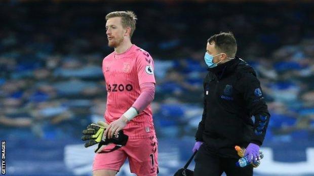 Everton keeper Jordan Pickford leaves the field after sustaining an injury against Burnley