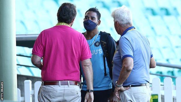 भारत के तेज गेंदबाज मोहम्मद सिराज तीसरे टेस्ट के तीन दिन बाद क्रिकेट ऑस्ट्रेलिया के कर्मचारियों से बात करते हैं