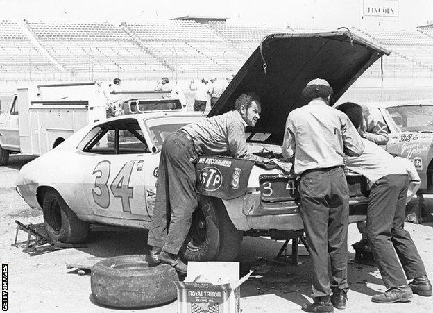sport TALLADEGA, AL Ð 1971: Wendell Scott and his crew work on their Ford in the pits at the Alabama International Motor Speedway, circa 1971. (Photo by ISC Images & Archives via Getty Images)