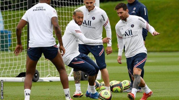 Lionel Messi (r)