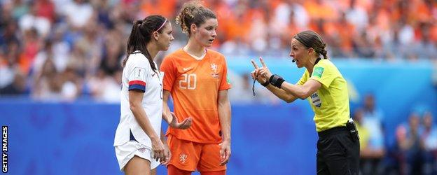 Stephanie Frappart speaks to American and Dutch players during the 2019 Women's World Cup final