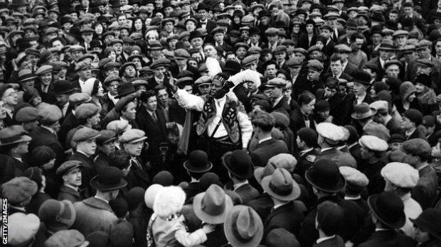 Monolulu pictured addressing large crowds at Aintree in 1931