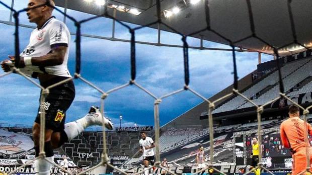 Corinthians celebrate their winner against Sao Paulo