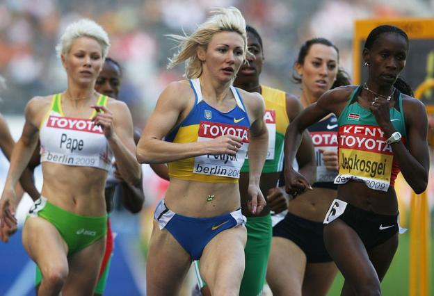 Snapshot from the 2009 World Championships 800m showing Madeleine Pape on the left and Caster Semenya