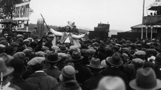 Monolulu addresses racegoers, circa 1927