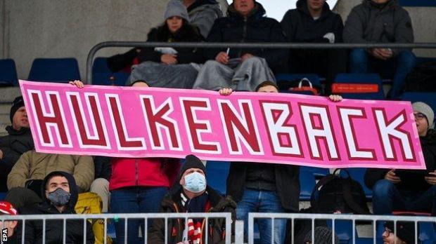 Fans hold up a 'Hulkenback' sign for Nico Hulkenberg