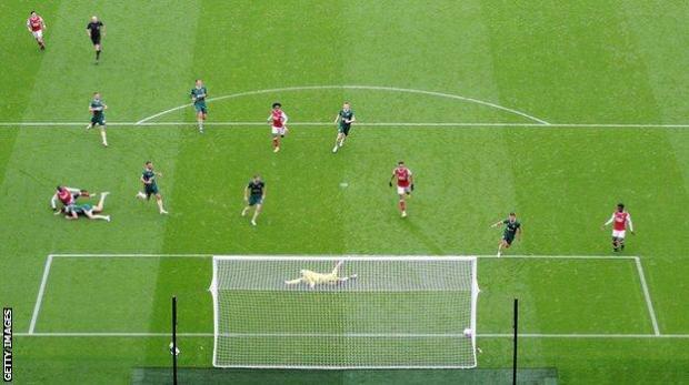 Nicolas Pepe scores against Sheffield United