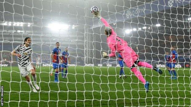 Crystal Palace goalkeeper Vicente Guaita makes a save against Manchester United