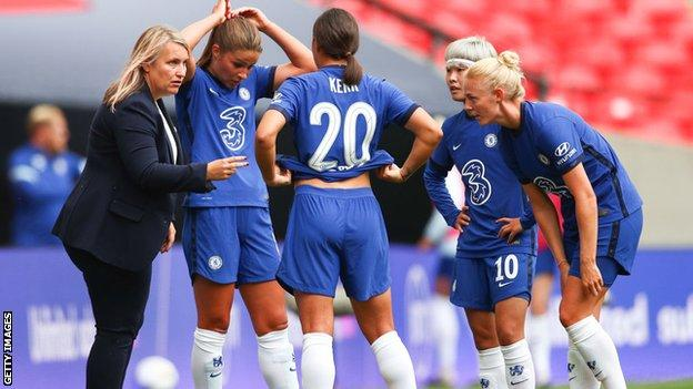 Emma Hayes chatting to the Chelsea team