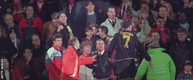 Tendangan kung fu ala eric cantona terulang di liga chile. Eric Cantona S Kung Fu Kick The Moment That Shocked Football Bbc Sport