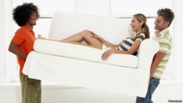 Amigos levantan un sofá