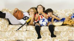Niños viendo la televisión sentados en un sofá