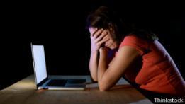 Mujer víctima de ciberacoso