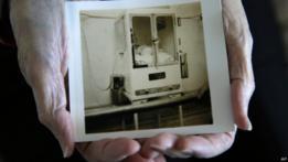 Foto de Beth Allen en una incubadora de Coney Island