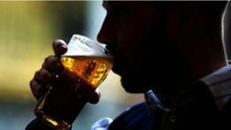 Una persona toma cerveza.