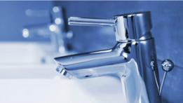 Un grifo de agua de lavamanos