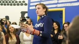 Lena Dunham en un mitin político en apoyo a Hillary Clinton