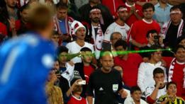 Algunos fanáticos utilizan punteros láser en el fútbol para molestar a los goleadores del equipo contrario.