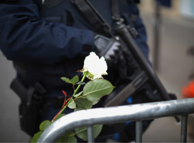Nước Pháp siết chặt an ninh, đồng thời cầu nguyện cho những nạn nhân.