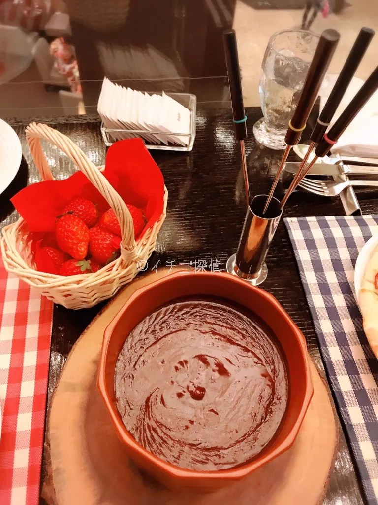 イチゴ探偵 シャンパン・バーで「ストロベリー・ピクニックブッフェ」各テーブルにカゴ入りいちご&チョコフォンデュも!