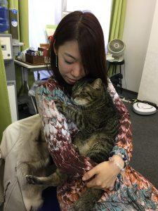 受講生の宮崎さんに抱かれてチャッピーもうっとり