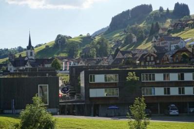 Trampolin vor den Gebäuden