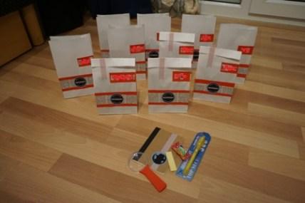 Mitgebseltüten mit Lupe (Firlefantastisch), Notizbuch (Tiger Store), Stift mit Geheimtinte (Amazon) und natürlich Süßes