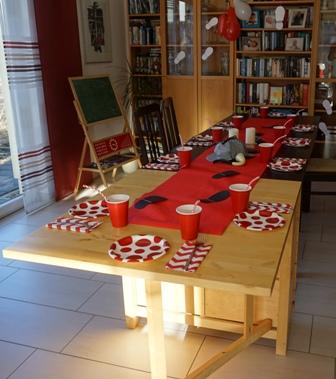 Gedeckte Tafel in rot, weiß und schwarz