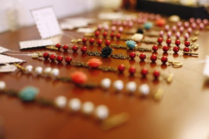 Step-By-Step Plan for Organizing a Holiday Craft Fair jewelry for sale #ichoosejoyblog #craftfair #holidaycraftfair