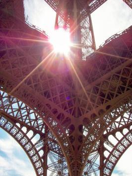 Eiifellturm Details mit Sonnenstrahlen