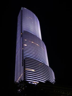 Leuchtender Skyscraper bei Nacht