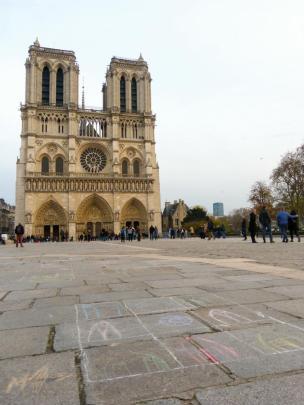 Parvis de Notre Dame-1200x900