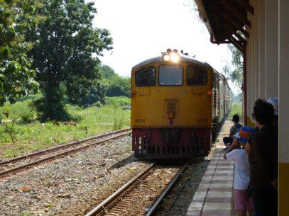 Thailand River Kwai Burmabahn Dschungel Bahnhof Zug
