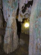 Thailand Khao Sok Nationalpark Dschungel Anurak Community Lodge Dschungelpfad Fels Höhle