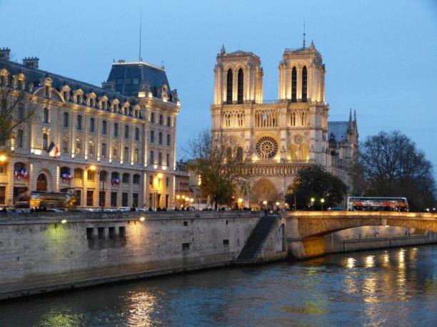 Frankreich Paris Notre Dame de Paris Kathedrale Gotik Kirchenschiff Glockenturm Seine Insel Ile-de-la-Cite Seineufer Abenddämmerung
