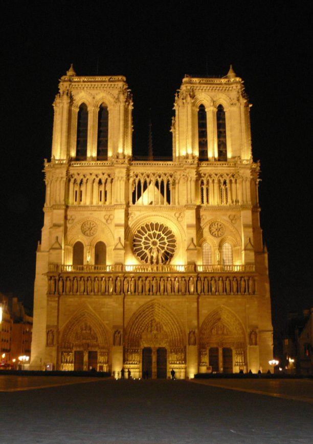Frankreich Paris Notre Dame de Paris Kathedrale Gotik Fassade Glockenturm Vorplatz Parvis beleuchtet Nacht Nachtaufnahme