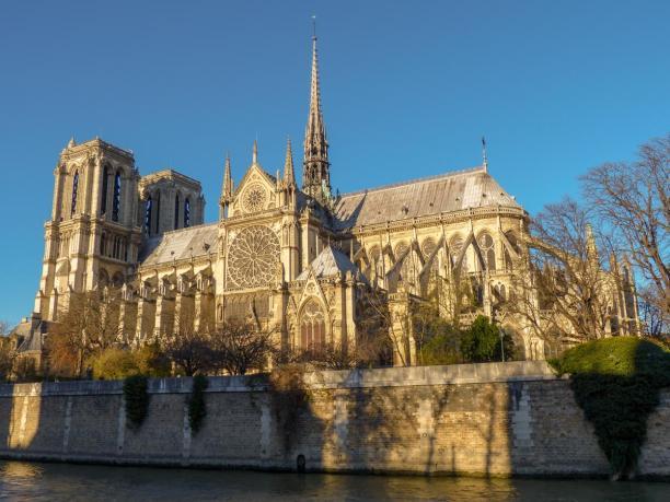 Frankreich Paris Notre Dame de Paris Kathedrale Gotik Kirchenschiff Glockenturm Fleche Vierungsturm Spitzturm Dach Seine Insel Ile-de-la-Cite Seineufer Sonnenlicht