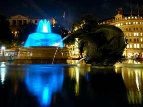 Großbritannien England UK London West End Trafalgar Square Brunnen blau Nachtaufnahme nachts