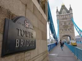 Großbritannien England UK London Tower Bridge Brücke Themse Schild