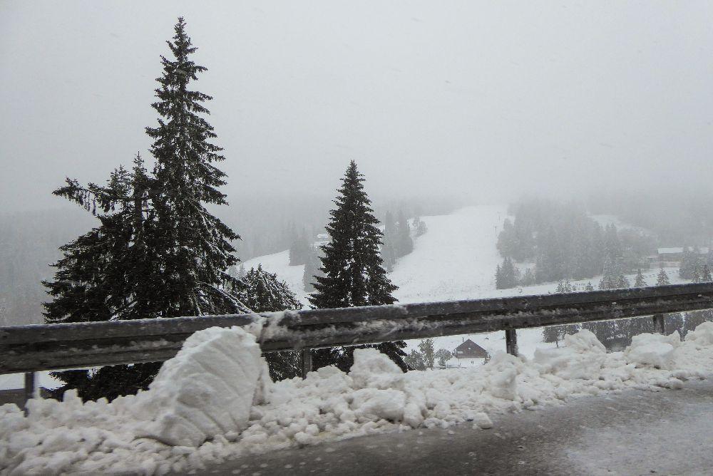 Deutschland Schwarzwald Hochschwarzwald Feldbergpass Schnee im September Straße