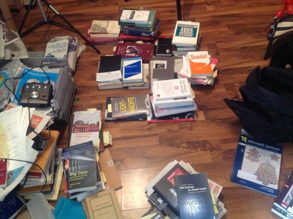"""""""System"""" der Bücher-Haufen"""