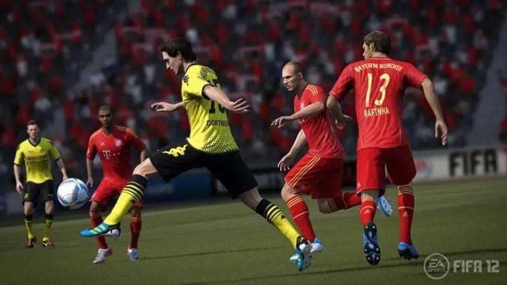Matts Hummels setzt sich gegen die Offensive des FC Bayern in FIFA 12 durch