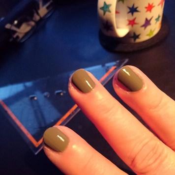 Dieser Nagellack ist mir zu grün, urgs. Aber heute ist keine Zeit, ihn zu ändern. Also Klarlack drauf und fertig.