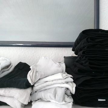 Wäsche sortieren und kleinfalten.