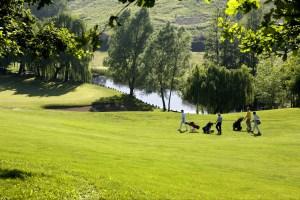 principianti che imparano a giocare a golf