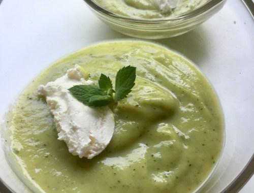 Une soupe de courgettes glacé à la menthe servi avec un peu de fromage frais